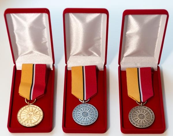 Złota, srebrna i brazowa odznaka
